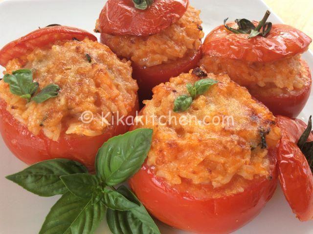 I pomodori ripieni di riso sono un primo piatto gustoso e leggero, molto semplice da preparare e da personalizzare a piacere secondo i gusti