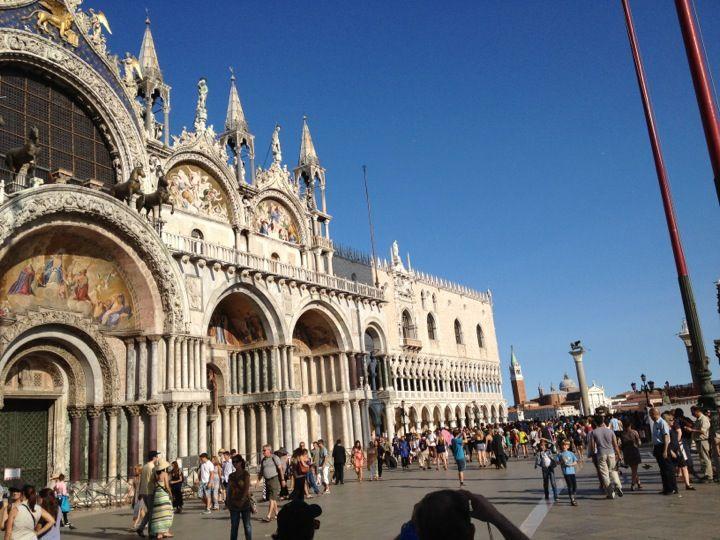 A Szent Márk-székesegyház Velence egyik leghíresebb építménye, amely a Szent Márk téren található. A 882-ben épült bazilika megőrizte a bizánci építészet főbb stílusjegyeit, a tetején 5 hagymakupola nyúlik a magasba, amely már messziről odavonzza a látogatók figyelmét.  www.velenceikarneval.hu