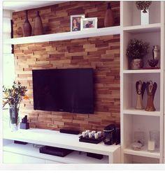 Destaque: Painel com revestimento de madeira (parecem tijolinhos de madeira)
