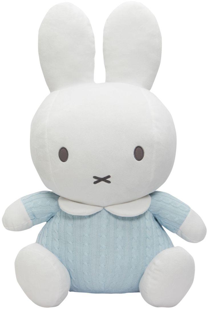 Nijntje, het wereldberoemde konijntje van Dick Bruna, is een aanwinst voor iedere babykamer... Vooral deze schattige knuffel! Deze heerlijk zachte Nijntje heeft een leuk grofgebreid pakje aan; perfect om lekker mee te knuffelen! Dankzij de neutrale kleurtjes van deze knuffel matcht hij met vrijwel iedere omgeving. Het perfecte knuffelmaatje voor ieder kleintje! Afmetingen product: 21 x 39 x 60 cm (lxbxh) - Pluche Nijntje blauw gebreid: 60 cm