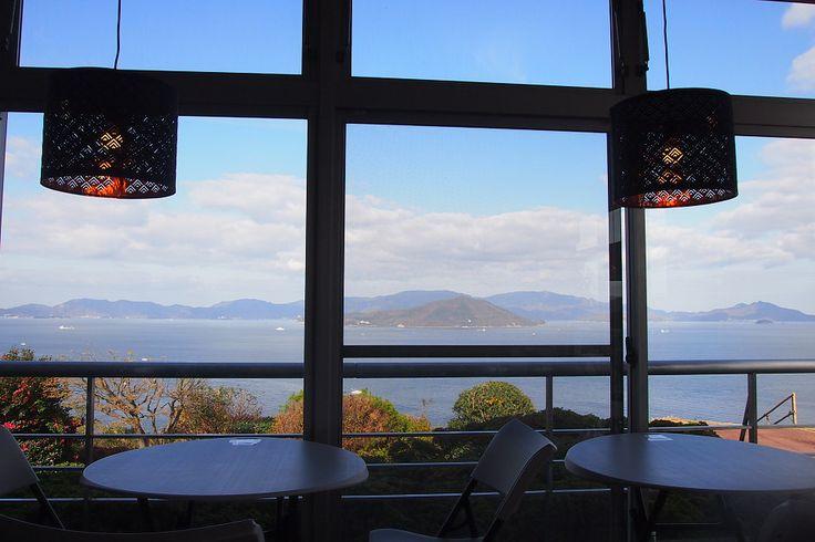 香川県、瀬戸内海の島々を180度見渡す絶景カフェ