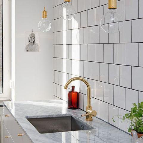 White, brass, marble... Nice! Kitchen mixer EVO184 in brass. #kök #köksinspiration #mässing #marmor #tapwell #kitchen #kitchendesign #brass #marble