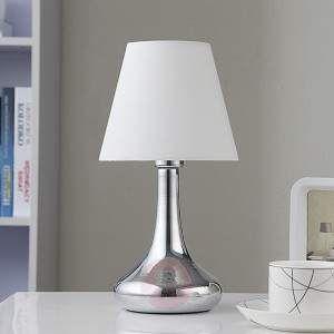 Flot bordlampe Marike med hvid stofskærm og imponerende kromfod Den hvide stofskærm på bordlampen Marike har en relativ klassisk facon, hvor den er bredere forneden. Den anvendte lyskilde fører lysstrålen nedad hvor den danner en flot belysning, som overbeviser og imponerer med dens hjemlige atmosfære. Som et specielt højdepunkt er dens elegant formede fod, som er udstyret med en fuld skinnende kromoverflade. Via den integrerede touch-funktion kan lampen både tændes og slukkes.