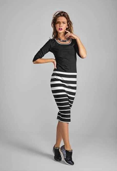 Stoer en chique: lange gestreepte rok met simpele top + stoere sneakers en en statement ketting.