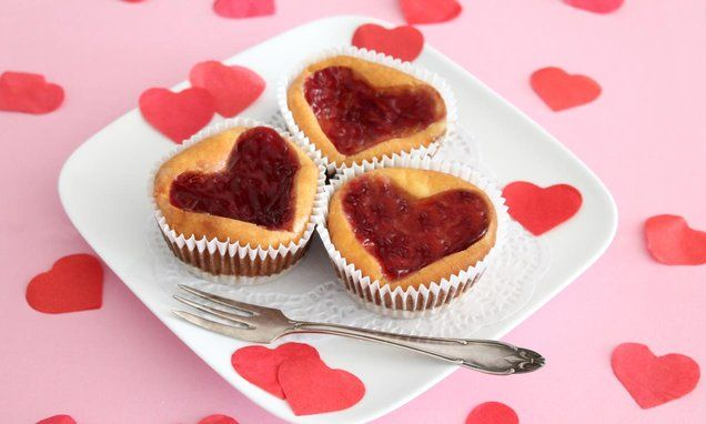 Verwen jouw #Valentijn met een #cheesecake #cupcake met een frambozenhartje. Klik op de afbeelding voor het #recept. #liefde