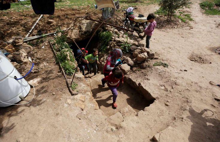 Μία διαφορετική σχολική ημέρα στην Συρία | Μικρά αγόρια και κορίτσια βγαίνουν από μία υπόγεια σπηλιά. Εκεί γίνεται το καθημερινό τους μάθημα. Ολα αυτά στο χωριό Τράμλα που ελέγχεται από τους αντάρτες REUTERS/Khalil Ashawi