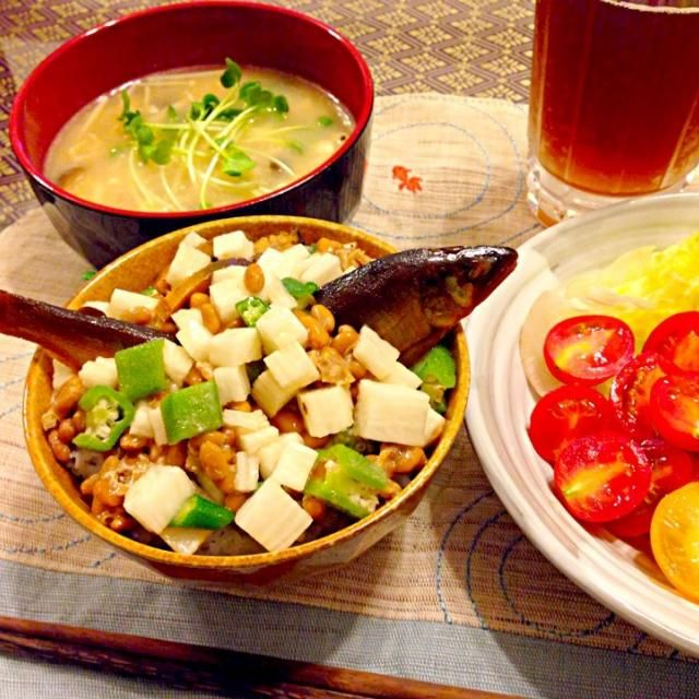 鮎の甘露煮を長芋、オクラ、納豆と一緒に丼にしました(o^^o)! きのこのお味噌汁とレタス、ブロッコリー、プチトマトのゴマサラダも一緒にいただきました! 月曜日晩ご飯です(^ν^) - 81件のもぐもぐ - 鮎の甘露煮丼で月曜日晩ご飯(^ν^) by SONOME13