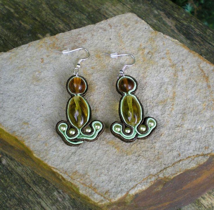 Od jezerní víly Sutaškové náušnice vyvořené ze sutaškových prýmků, korálků a perliček laděných do zelena.