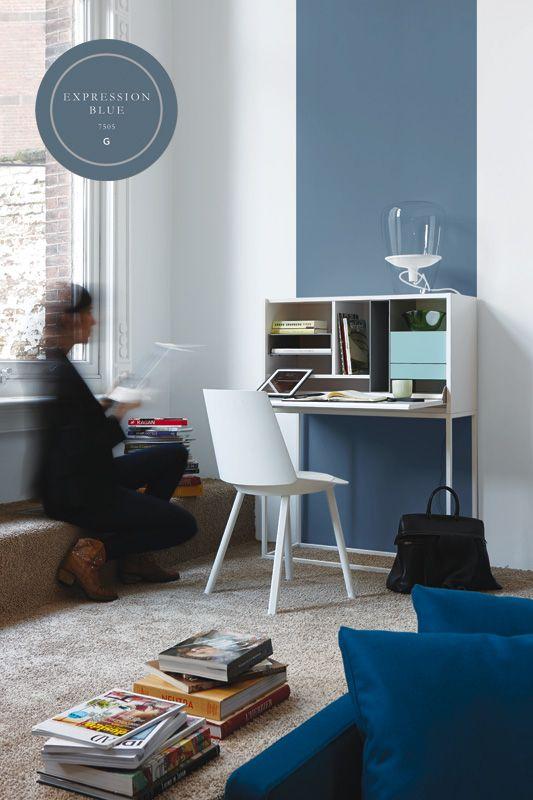 Met een baan van vloer tot plafond kun je de aandacht vestigen op een element of functie in je interieur. Het witte meubeltje komt mooi uit tegen het vergrijsde blauw van The Color Collection.