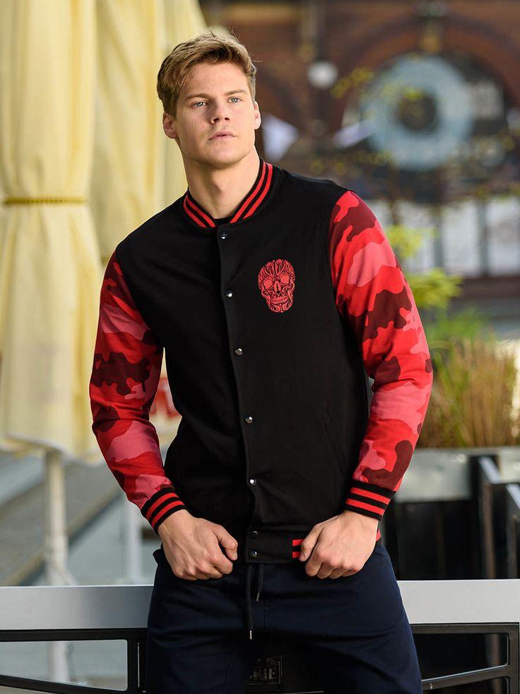 Nowoczesna stylizacja Denley z bejsbolówką w streetowej wersji. Najmodniejsza bluza sezonu ma w tym wydaniu czerwone rękawy w moro i naszywkę z czaszką na piersi. Idealną parą dla bluzy są granatowe joggery z obniżonym krokiem baggy.
