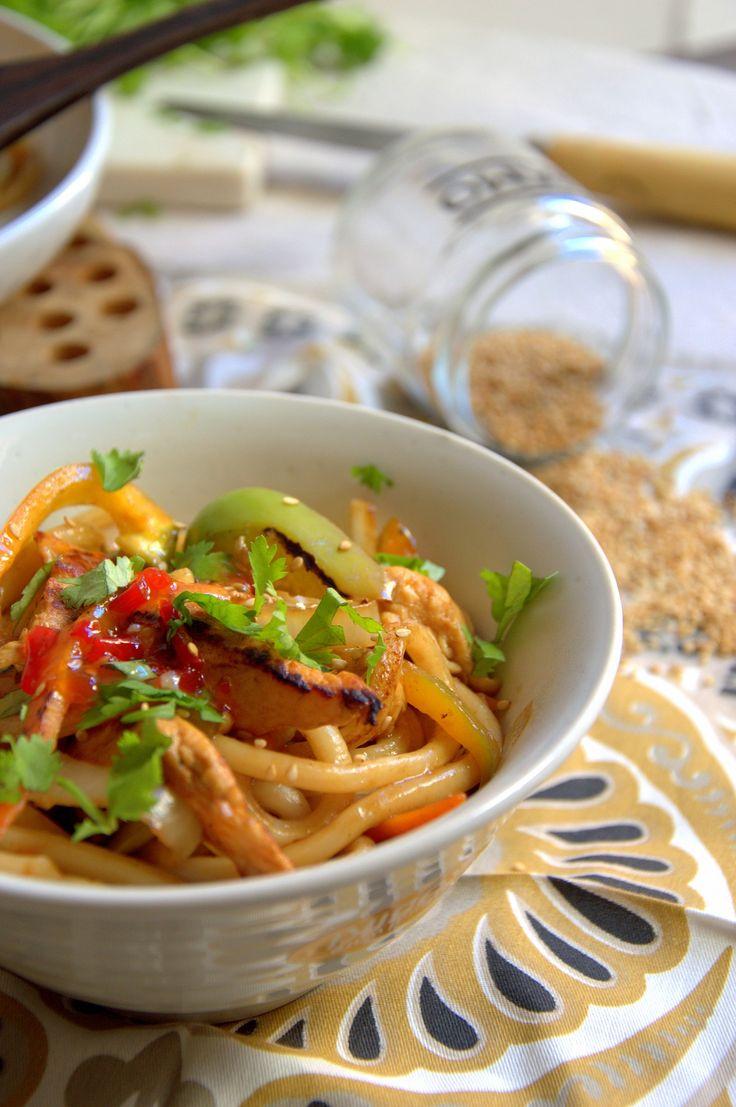 Si os gustan los toques asiáticos estos tallarines udon con pollo y verduras os van a encantar, y encima son tan fáciles de hacer que repetiréis