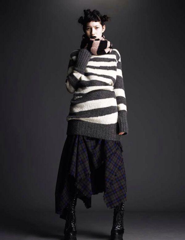 Alexander McQueen  O seu estilo rebelde e provocador incluiu na moda dos anos 90 as roupas esfarrapadas, a renda laminada e os rebites.