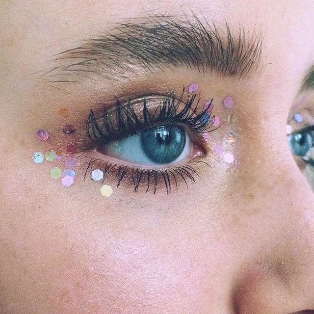 Bold brow & iridescent glitter? Count us in. ✔️✨ #inspo by MUA @scarlett_burton