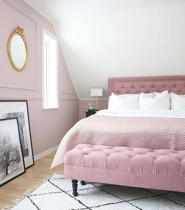 Cred 📸: @angelicas.hem Men hur vackert blev det inte i Angelicas sovrum?! 😍 Älskar alla detaljer, dom olika nyanserna av färgen rosa! Snyggt jobbat 👏🏻 In och följ henne, hon har massa fint att bjuda på 💕 ----------------------------------------- #inteminbild #inredningstips #inredning #rosa #romantisk #heminredning #vackrahem #vardagsrum #kär #stylingtips #detaljer #lägenhet #minimalism #inreda #nyproduktion #rosa #belysning #matta #soffa #vas #stolar #sovrum #blommor
