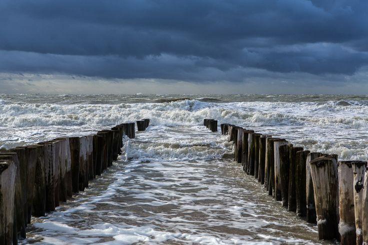 Harde wind aan het strand van Zoutelande in Zeeland