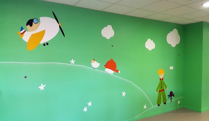 Décoration crèche municipale / Pôle Petite enfance Le petit Prince - Oullins : Le petit prince et sa rose, le renard chassant les poules et Saint Exupéry dans son avion