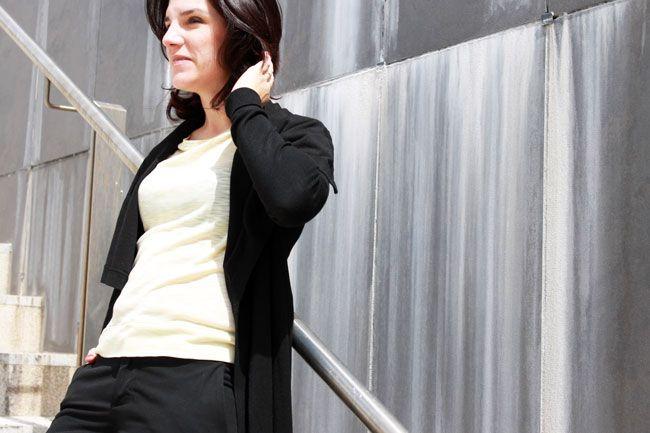 Look working en negro y amarillo. Chaqueta larga -y rara- de ZaraSS15,  pantalones de vestir y jersey amarillo pálido de Zara de otras temporadas. Zapatos Oxford de Pull&BearSS15