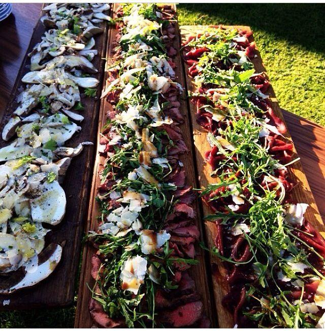 """Están muy de moda los buffets en las bodas. A mí me encanta lo de ir a """"picotear"""" aquí y allí y parece que es la tónica porque en casi cada boda que vamos, hay varios de estosmontajes.…"""