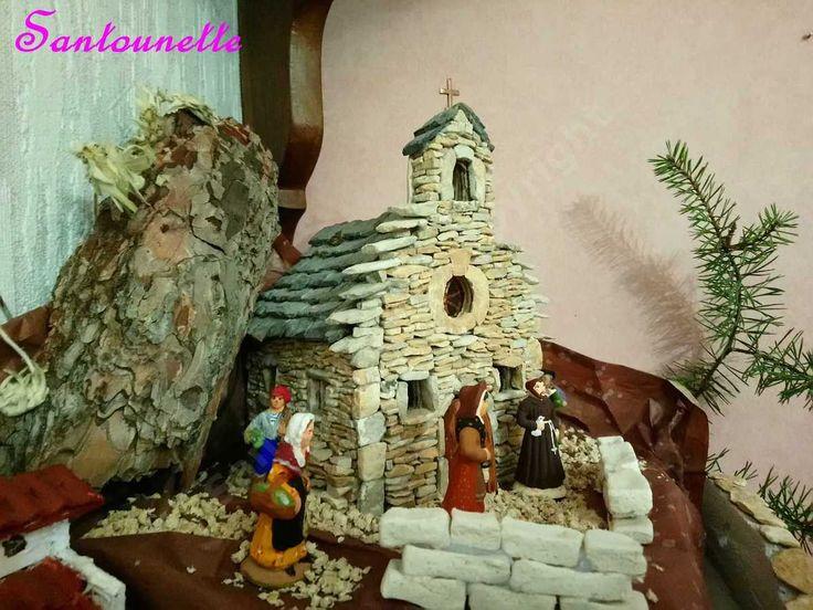 La chapelle réalisée en contre-plaqué, puis avec des pierres collées dessus. L'intérieur est éclairé