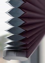 Uit onderzoek van Milieu Centraal blijkt dat de Duette® Shades de meest effectieve vorm van raambekleding is. Het is vooral te danken aan de honingraatstructuur van het product. Daardoor ontstaat een stilstaande luchtlaag die isolerend werkt. De verduisterende Duette® Shades hebben daarnaast een speciale isolerende aluminium coating aan de binnenkant. De honingraat-in-honingraatconstructie van de Duette® Architella® Shades houdt nog meer warmte binnen