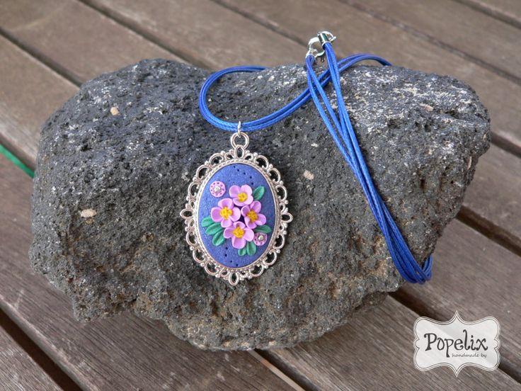 Μενταγιόν από πολυμερικό πηλό σε καστόνι. Μπλε φόντο και μοβ λουλουδάκια. #fimo #jewelry #polyclay #vintage