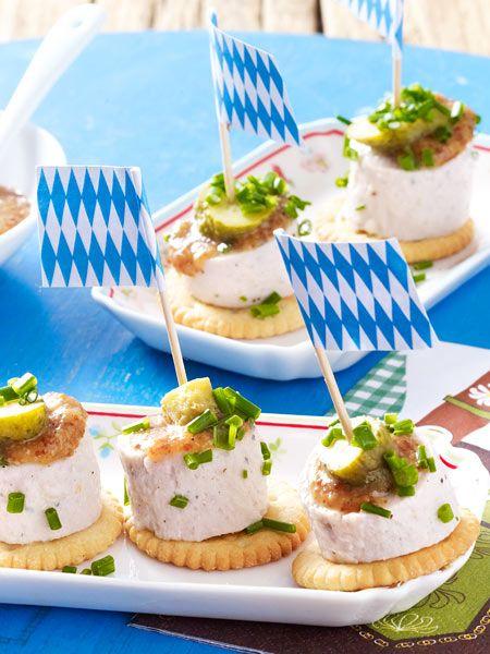 Weiße Wurstscheiben mit süßem Senf – Oktoberfest – die besten Wiesn-Schmankerl