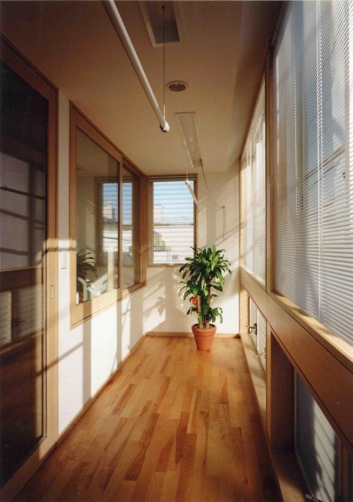 投稿者:空間スタジオ 遠藤泰人,内容:インナーバルコニーをお薦めします。 サンルームというと、1階でガラス張りの出っ張った部屋を想像される方が多いと思います。 今回私がお薦めしますのは、2階に設けたサンルームのようなものです。 アレルギー対策で、毎日寝具を干すという事が最初の目的でした。 この部屋は、雨が入ってこないという意味では室内です。 そういう意味では昔からの縁側のようなものです。 しかしながら熱環境的には、屋外として設計してあります。 冬にこのインナーバルコニーが幾ら寒くても、左側の木製建具の内側は暖かい空間です。 断熱の考え方では、インナーバルコニーは外部空間扱いなのです。 当然、夏インナーバルコニーが幾ら暑くても、 ペアガラスを使った左側ガラス戸の内側は、冷房で快適です。 雨が入りにくい窓を使っていますので、常に風を入れておく事も可能です。 洗濯物干し場や、植物の栽培スペース等使用方法は様々です。 普通のバルコニーにサッシを入れるという考え方なのです。 防水の費用が減りますので、費用がそれほどかかるというものではありません。 一度ご検討ください。