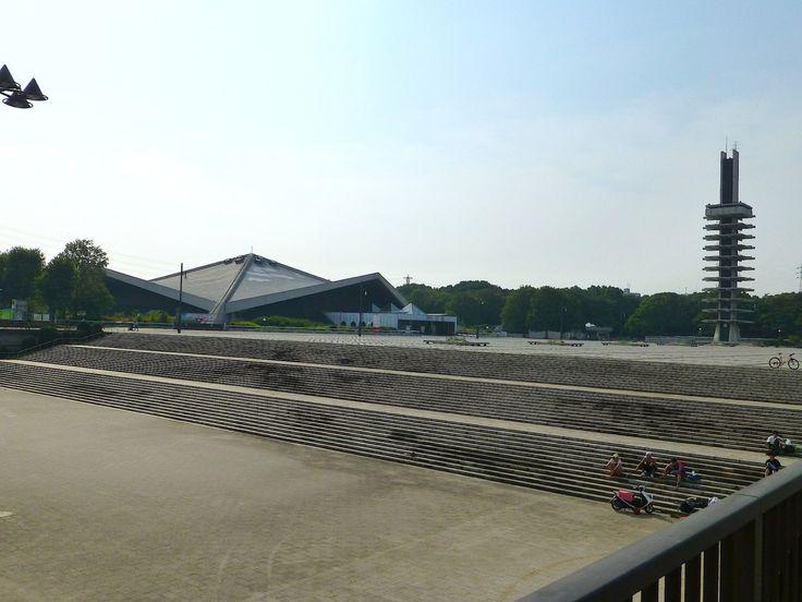 駒沢オリンピック公園は、 1964年の東京オリンピックで、 第二会場として利用された施設なのだそうです。 .  こうした、大勢の人が集まる施設というのは、 何かの大会がある時はいいと思うのですが、 何もない時に、 普通の公園として歩いてみると、 ひどく間延びしてしまっていて、 とても退屈な感じがしてしまいます。 .  一つ一つの施設は、 なかなか面白い建築だとは思いますが、 何もない、だだっ広い中に、 ポツンポツンとあるだけなので、 歩いても歩いても、景色が変わらず、...