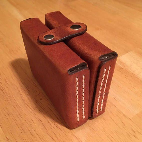 Lederen speelkaarten reizen geval (Twinpack)  Prachtig hand vervaardigde Playing Card Travel pack. Dit pack bevat twee decks van Bicycle speelkaarten (een rood dek en een blauw dek). Ideaal voor compacte opslag zowel thuis of onderweg, deze duurzaam leer van de Horween zal ervoor zorgen dat uw favoriete dekken in ongerepte voorwaarde worden gehouden overal mee naartoe.  Op bestelling gemaakt en kunnen monogram waardoor dit een ideaal geschenk voor een vriend of geliefde.   >> als u wilt...