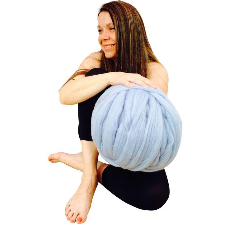 Riesige stricken, Arm stricken, extreme stricken, klobige stricken - eignet sich diese UN-gesponnene Merinowolle für diese massive Decken, klobige Schals und Teppiche zu machen.  ICH KANN LIEFERN GRATIS STRICKEN ANLEITUNGEN FÜR NORMAL STRICKEN UND ARM STRICKEND - LASSEN SIE MICH WISSEN, WELCHE SIE BEVORZUGEN WÜRDEN, WENN SIE BESTELLEN UND ICH WERDEN IHNEN PER E-MAIL EINE KOPIE.   1 Masche ist eine massive 3 Zoll lang  2 Maschen = 10cm  1 Kilo = 52 m Länge  Jeder Strang wird mit Luxus 100 %…