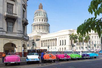 Kuba Havanna amerikanische Oldtimer parken in Reihe vor dem Capitol