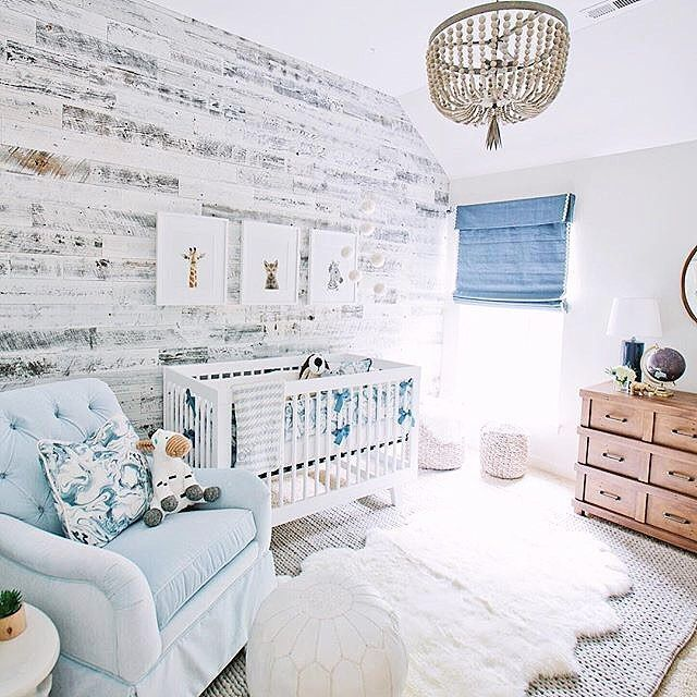 Little bit of rustic and a whooooole lot of chic in this sweet nursery!  Design: @comfycozycouture Camera: @lfridayphoto