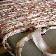 RECYCLED BRAIDED RAG RUG with old sheets. Good tutorial. Let's go and see how I make this 22″ x 16″ oval shape braided rag rug Materials: 1.Old bed sheets (3 king size should be enough to make 3 rag rugs) 2. Scissors 3. Pencil and ruler 4. Safety pin and pin 5. Sewing machine and threads | Look around!