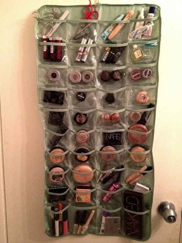 Com um porta-sapatos você economiza espaço e consegue enxergar todos os produtinhos da sua coleção.