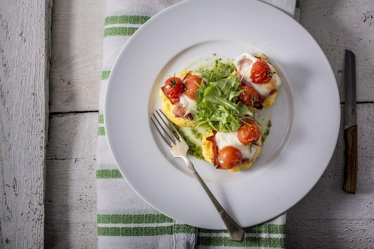 Rakott polenta - Gluténmentes fogás | Igazán mediterrán, könnyed ízre vágysz? Az olasz polenta, azaz puliszka éppen ezt kínálja neked. Tudtad, hogy ez a kulináris kalandozás a múlt században a szegények eledelének számított? Sok helyütt csakis a kukorica volt megfizethető és más semmi, így a polenta volt elérhető, melynek a kukoricadara az alapja. Talán emiatt, talán másért, de hosszú ideig nélkülözött volt a polenta a konyhákban, nem is olyan régen kezdték újra felfedezni. A polenta…