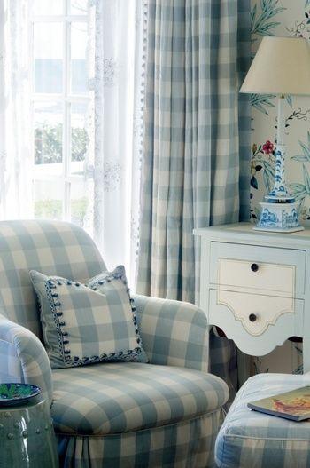ソファとカーテン、クッションを同じブロックチェックで揃えたリビングルームです。優しい水色とホワイトのブロックチェックと、家具のカラーがきれいなコーディネーションになっています。