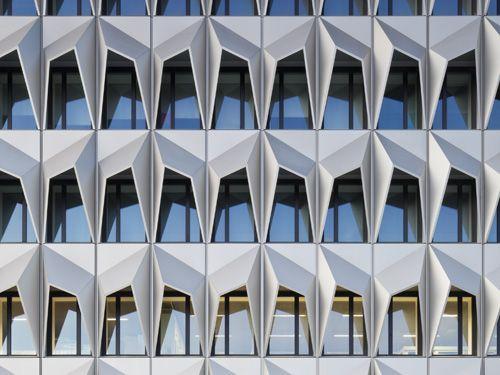 Seit 1999 lobt der FVHF in 2-jährigem Rhythmus den Deutschen Fassadenpreis für vorgehängte hinterlüftete Fassaden aus. Jüngster Preisträger sind Staab Architekten mit dem Hochhaus C10 der Hochschule Darmstadt Foto: Werner Huthmacher, Berlin