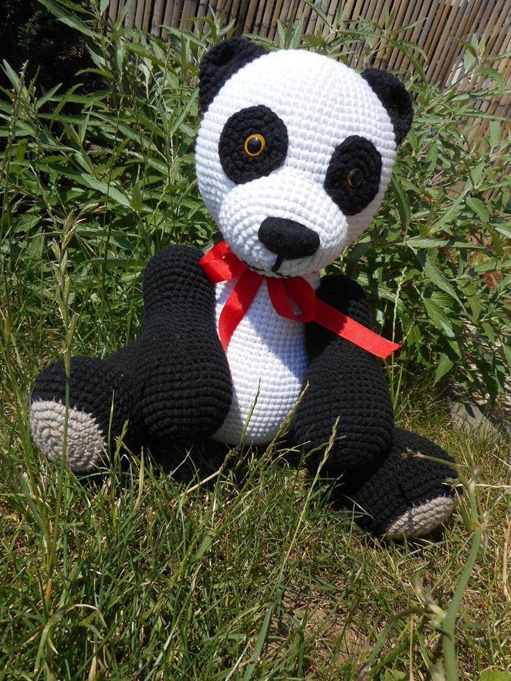 da xiong mao ... neboli panda velká. Háčkovaná hračka-medvídek vyplněná PES kuličkami-rounem. Medvídek je uzpůsoben pouze k sedu a takto měří cca 26 cm. Oči jsou bezpečnostní. Lze jej šetrně vyprat.