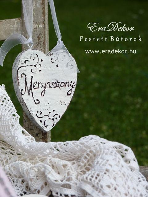 Rusztikus festett fa szívek Menyasszony és Vőlegény feliratokkal. Fotó azonosító: ESKSZIVEK09