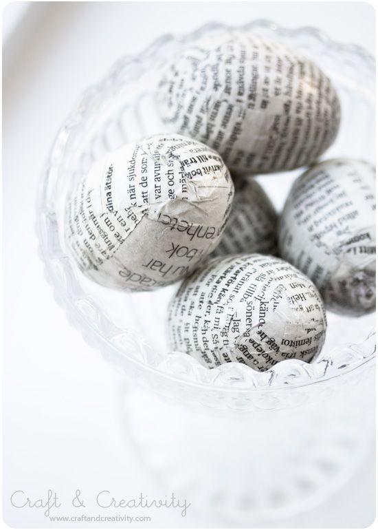 Yksinkertainen on tyylikästä ja kaunista. Kirjan lehtiä, sanomalehtiä ja liisteriä. Sekä tietenkin muna pohjaksi.