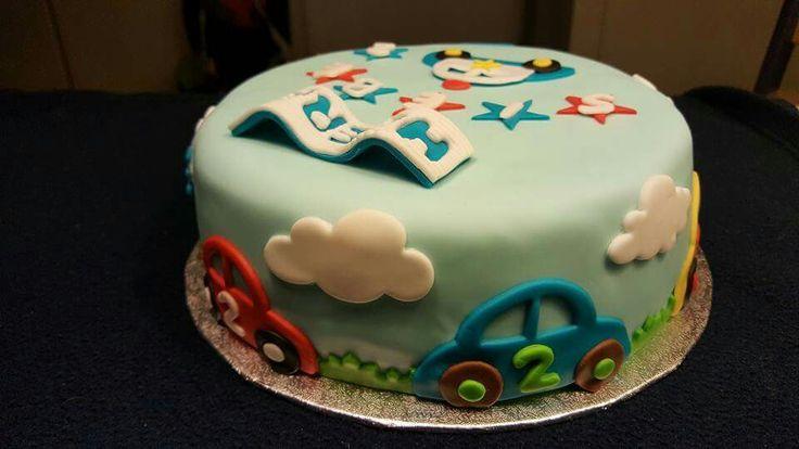 Eenvoudige fondant taart met auto's voertuigen voor verjaardag jongen.
