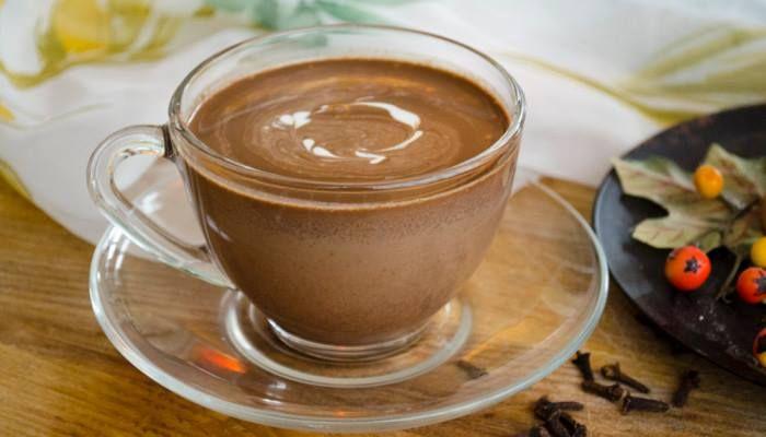 Fűszeres forró csoki  10 dkg étcsokoládé fél liter tej 1 ek kakaópor 1 ek reszelt narancshéj 1 ek cukor 2-3 kardamom  A tejet a fűszerekkel forraljuk fel, majd hagyjuk, hadd hűljön le kissé és szűrjük le. Így tegyük vissza a tűzre és szórjuk bele az összetördelt csokoládét, a cukrot és a kakaóport. Ha összeforrt, máris kiönthetjük bögrékbe.