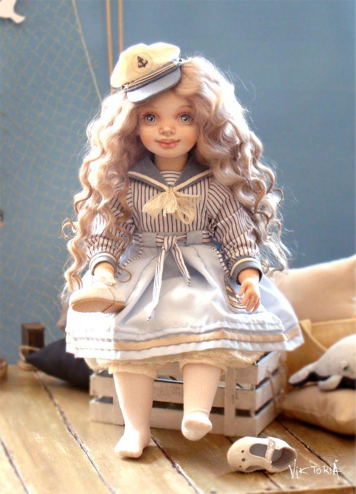 Здравствуйте дорогие гости моего магазинчика! Под напевом шумного моря родилась Инна, авторская, текстильная кукла для коллекции и для души) Если лето пахнет солью, то эта кукла, несомненно, пахнет морем. Смотришь и чувствуешь соль на губах, ветер в волосах и морские брызги на лице, палящее солнце и раскаленные дороги и представляешь как ты мчишься на велосипеде, смотришь в глаза креветкам или воруешь персики.