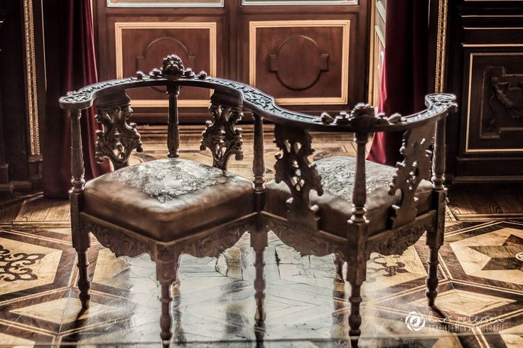 Doppel Sessel Aus Dem 17 Jahrhundert Im Speisezimmer Des Schweriner Schlosses Schwerinerschloss Schwerin Schloss Stuhl Sessel Interior Decor Sofa Chair