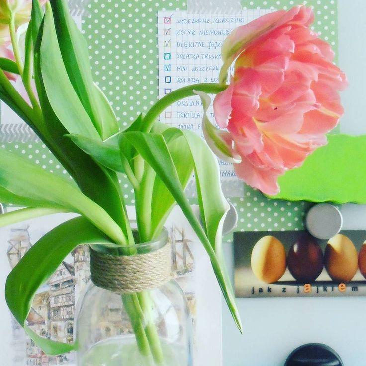 Odrobina różu na poprawę humoru :) a w tle moje wiosenne plany (część już odhaczona) #pink #flowers #flowersforeveryday #spring #tulips #tulipany #homedecor #whiteboard #dots #hygge