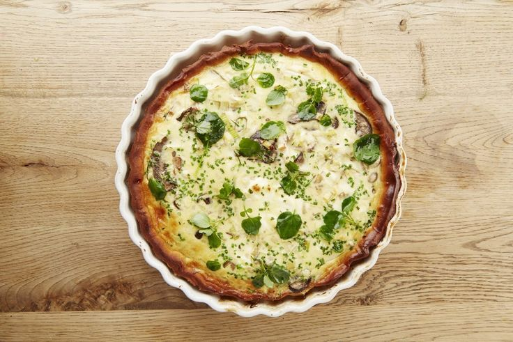Een overheerlijke quiche met geitenkaas en champignons, die maak je met dit recept. Smakelijk!
