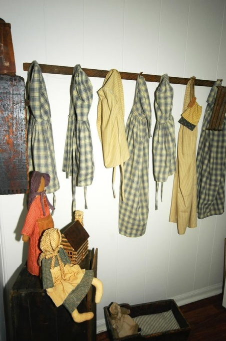 Primitive Family Room: Antique Collectibles, Decor Ideas, Living Room, Peg Racks, Colonial Decor Rooms, Family Rooms, Primitives, Prairie Dresses, Primitive Family