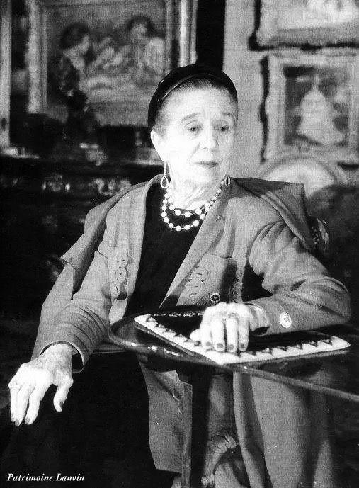 Jeanne-Marie Lanvin (01 de janeiro de 1867, Paris - 06 de julho de 1946, Paris) era o mais velho dos 11 filhos. Ela treinou como costureira em uma casa de moda francesa chamada Talbot e, em seguida, mais tarde trabalhou como modista. Ela tinha a paixão, talento único, de energia e de enorme potencial. Em 1890, apoiada por um cliente dedicado, ela abriu uma loja de chapéus (Coco Chanel também começou como uma modista e abriu uma loja de chapéus, antes que ela entrou em design de moda)…