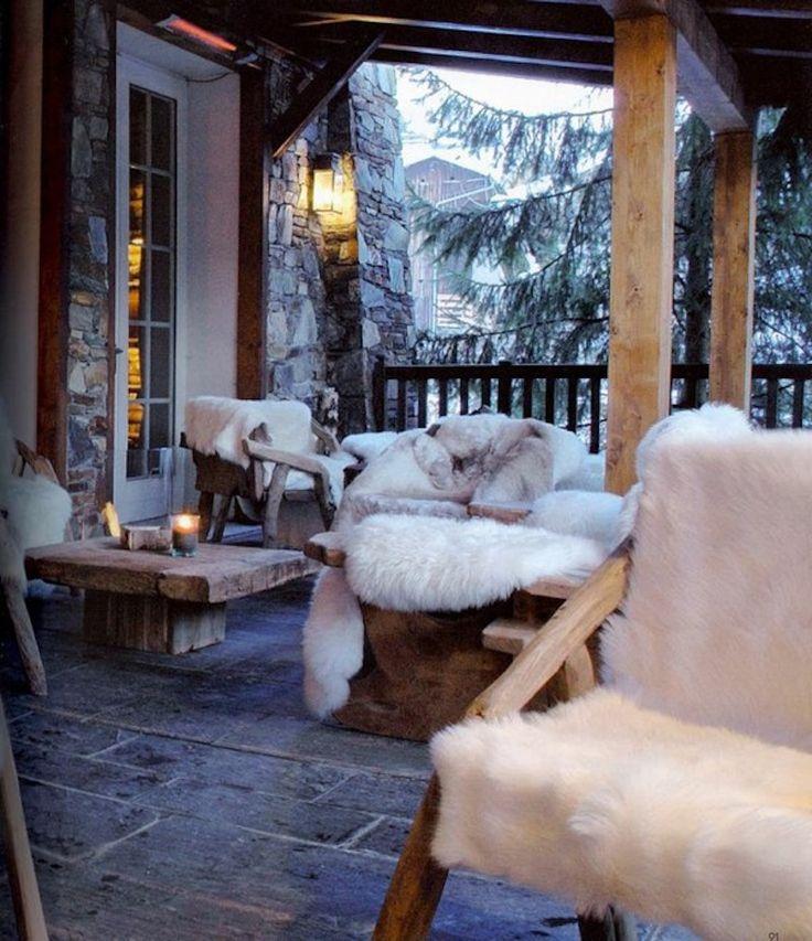 A la montagne, les terrasse s'équipent de fausse fourrure pour une ambiance cocooning, scandinave et hygge.