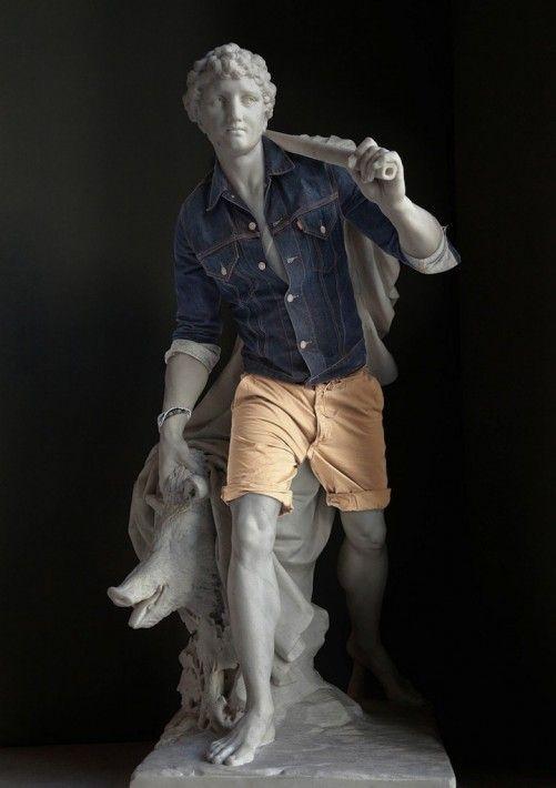 古代彫刻に流行のファッションを着せた写真がシュール過ぎて笑える件